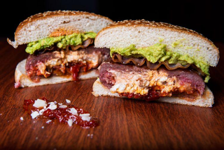 hamburguesa rellena de queso de cabra